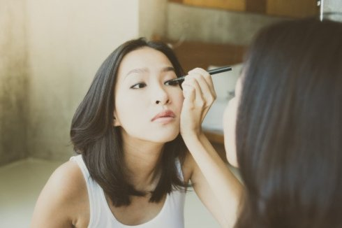 young-asian-woman-make-up-yourself_74190-12173719522397790262826.jpg